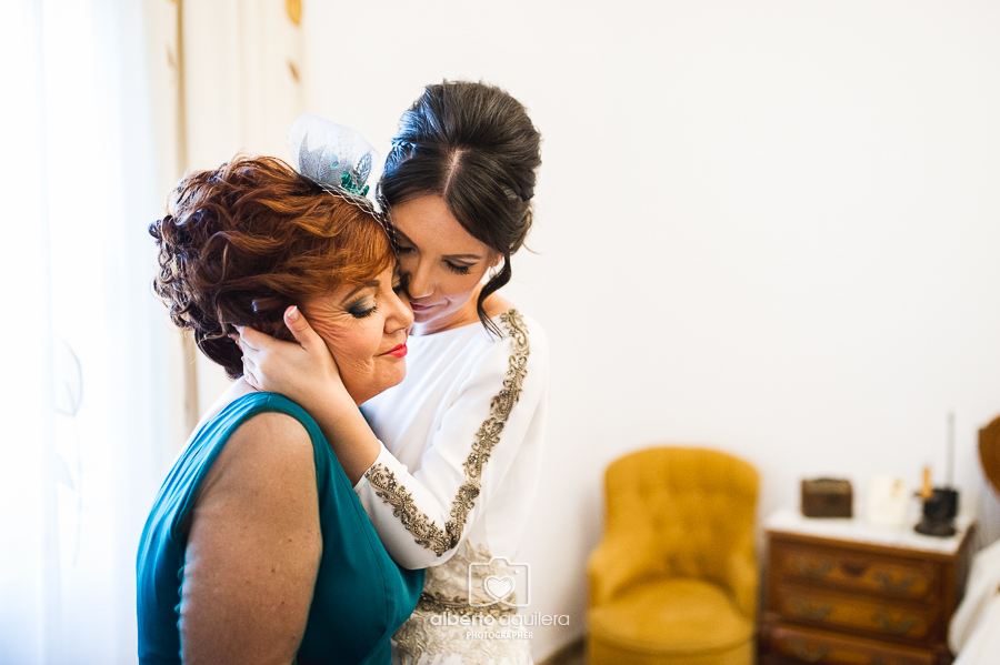 abrazo a su madre, boda en córdoba
