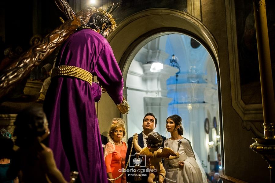 novios delante de jesús nazareno
