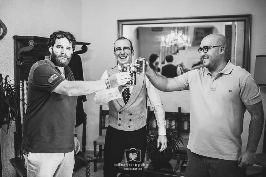 amigos brindando, boda gabriel y gloria