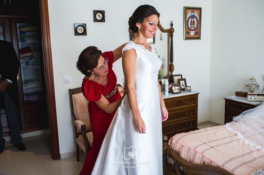 madre vistiendo novia