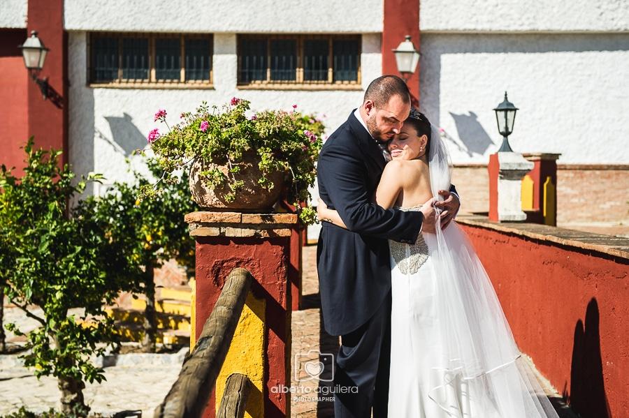 abrazo novios, boda córdoba
