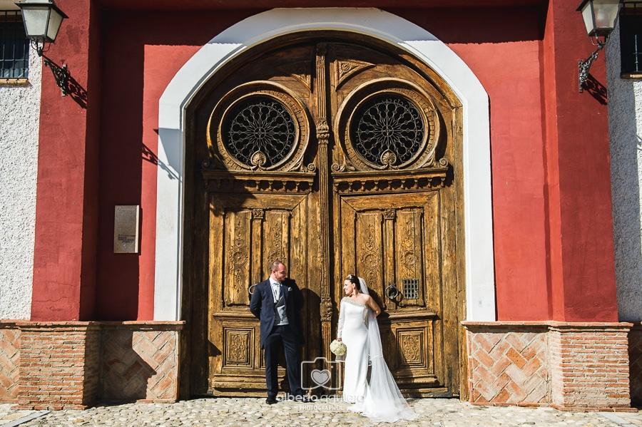 novios puerta de madera