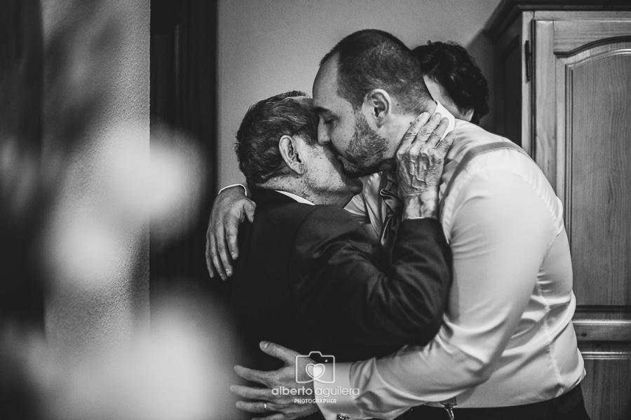 abrazo abuelo novio